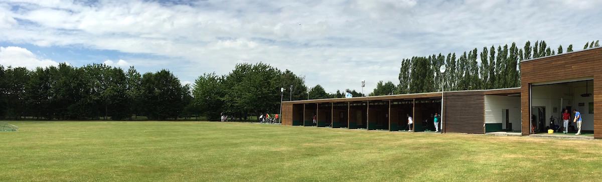 De drivingrange van de oosterhoutse golf academy met head pro brian griffiths in de regio breda tilburg